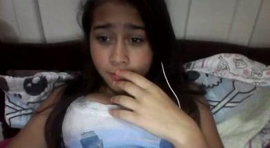 Novinha Gatinha Fica Com Vergonha Mas Mostra Seus Peitinhos na Webcam - Cnn Amador->